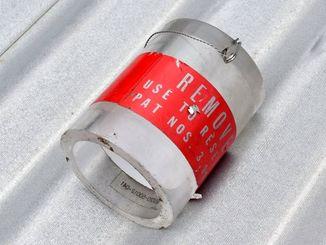 【拡大写真】保育園に落下した円筒。「FLIGHT REMOVE」との表記がある