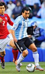 元アルゼンチン代表のテベス(右)。W杯南アフリカ大会でも活躍した=2010年