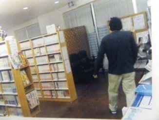 公開された強盗未遂事件の犯人の後ろ姿(八重山署提供)