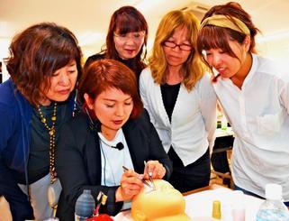 まつげエクステンション講習会で施術の基本動作を学ぶ美容師ら=8日、宜野湾市大山のスターウッドBeB美容専門学校
