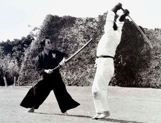 「居合白羽取り」の稽古をする宮城鷹夫氏(左)=1973年ごろ、中城城跡(同氏提供)