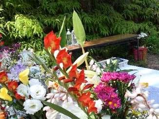 被害女性を悼む献花台