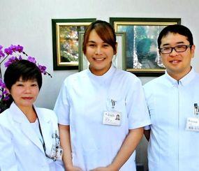 看護師試験に合格したブリランさん(中央)と塚田由美子看護部長(左)、EPA研修支援担当者の高原大介さん=25日、沖縄市安慶田の新垣病院