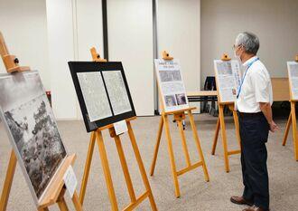 沖縄戦のさなかで新聞発行を続けた当時の地元紙「沖縄新報」の記事などが展示されている=16日、横浜市の日本新聞博物館