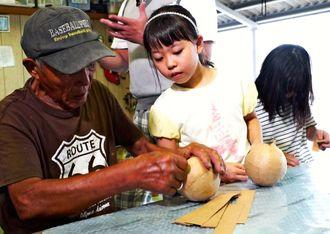 花火ショーに携わる「高木煙火」を訪れ、職人のアドバイスを受けながら花火玉の制作を体験する石田莉紗さん(中央)=8月、岐阜県大垣市((c)NTV)