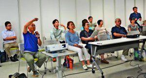 講師の稲垣暁さんに質問する市民ら=6月26日、那覇市・なは市民活動支援センター