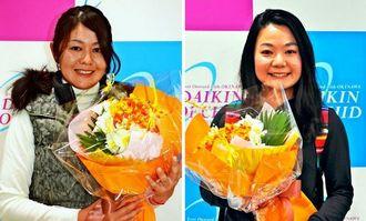 歓迎の花束を受け取り、笑顔を見せる諸見里しのぶ(左)と、上原彩子=那覇空港