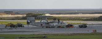 那覇空港の滑走路付近で停止する自衛隊機=17日午後6時26分