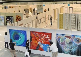 開幕に向け、作品展示作業が大詰めを迎えた沖展会場=20日午後、浦添市民体育館