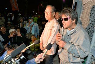 釈放後、逮捕された時の状況を説明する芥川賞作家の目取真俊さん=2日午後7時半ごろ、沖縄市