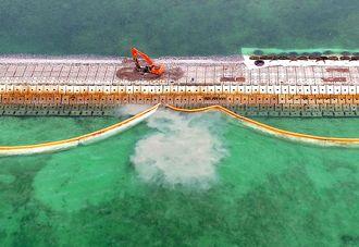 辺野古の護岸工事現場から流出する濁った水。沖縄ドローンプロジェクトが撮影した=2月(提供)