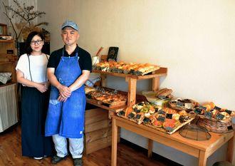 店主の宮里敏信さん(右)と妻のまり子さん