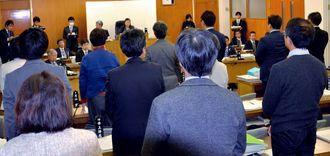 意見書の採決で起立する議員ら=6日、東京都小金井市議会