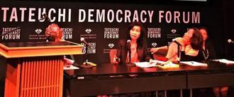シンポジウムで講演する悦子・クリッシーさん(左から2人目)