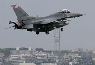嘉手納基地に暫定配備されるF16。写真はウィスコンシン州空軍所属の同型機=1月15日
