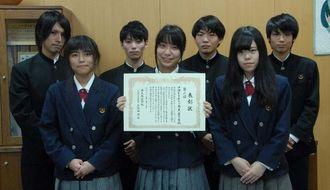 楽天IT学校甲子園で3位に入った具志川商業高校3年の比嘉星梨加さん(前列中央)ら=うるま市の同校