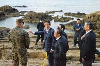 オスプレイの機体の一部を視察した民進党・沖縄研究会の藤田幸久参院議員(左から3人目)ら=20日、名護市安部