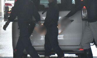 逮捕後、那覇署に連行されてきた暴力団関係者(右から2人目)=29日午前10時20分ごろ、那覇署