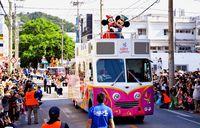 ミッキー・ミニーがやってきた/名護大通りでパレード 3万5千人埋める
