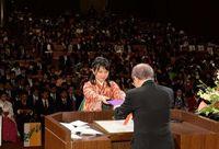 沖縄大学卒業式 387人が巣立ち