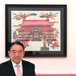 パリにある日本大使公邸応接室に飾られた首里城を描いた画と木寺昌人大使