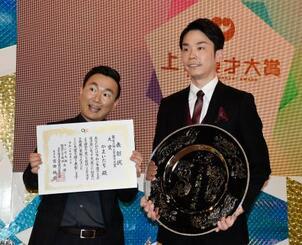 第56回上方漫才大賞に決まった「かまいたち」の浜家隆一さん(右)と山内健司さん