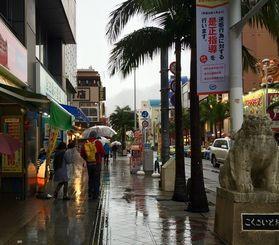 午後からは大雨警報が発表され、国際通りでは傘を買い求める観光客の姿が見られました。