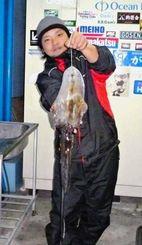 25日、浜比嘉島で1・34キロのシルイチャーを釣った崎浜靖さん。エギは3・5号(イエロー)