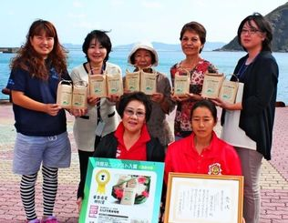 商品をPRする国吉佳奈子会長(後列左から2人目)ら商工会メンバー=10日、渡嘉敷村
