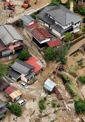 土砂が流れ込んだ岐阜県下呂市の住宅地=8日午前11時33分(共同通信社ヘリから)