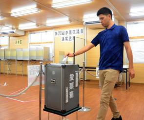 5日始まった参院選の期日前投票で1票を投じる有権者=5日、名護市の期日前投票所