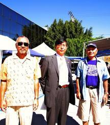 沖縄文化祭で沖縄を満喫した千葉総領事(中央)、國吉会長(右)ら=米ガーディナ市