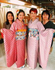 母親が織った南風原花織の晴れ着を着ける新成人ら。(右から)新垣ミナ子さんと美南海さん、仲島みずほさんと孝美さん=5日、南風原町喜屋武