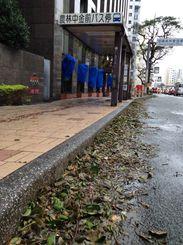 台風25号が接近した沖縄・那覇市内の様子=5日午前