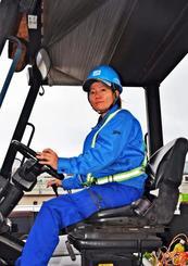 県内女性初のガントリークレーン運転手の資格取得を目指す比嘉真由美さん=昨年月日、那覇市港町
