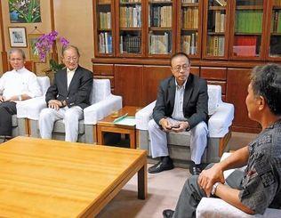 シニアアマチュアゴルフ大会の沖縄開催検討を報告するISAGSのロナルド・ルー会長(右から2人目)ら団体関係者=10日、県庁
