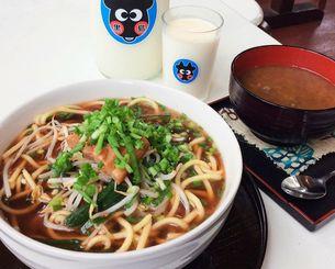 濃いめの味がスープに合う自家製味噌そば(左)と黒島の青豆ぜんざい(右)、新鮮ジャージー乳
