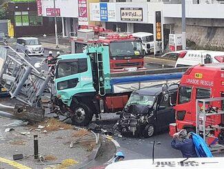 軽乗用車はフロント部分が大破。救急車が駆けつけるなど、騒然とした事故現場=11日午後2時25分、浦添市伊祖