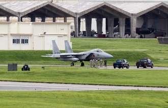 18日午前11時すぎ、嘉手納基地に着陸した自衛隊所属のF15戦闘機(読者提供)