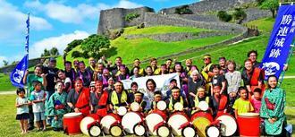 奏弥君の思いを胸に、「エイサーエキスポ2016」に出場する「チナグエイサー」のメンバーと遺族ら=29日、うるま市の勝連城跡