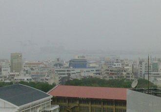 那覇では雨が降り続いてます。コンテナターミナルの方角が見えにくいです。