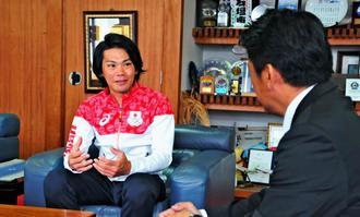 中山義隆市長(右)に2020年東京五輪への意欲を語る新城幸也選手=日、石垣市役所