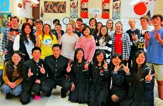 ミルトン高校日本語クラスのメンバーと記念撮影し笑顔を見せる北山高校の生徒=米ジョージア州띱