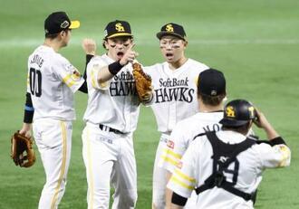 巨人に3連勝で日本一に王手をかけ、喜ぶ中村晃(左から3人目)らソフトバンクナイン=ペイペイドーム