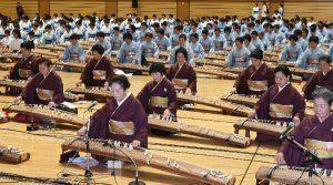 18世紀初頭に琉球に箏曲を伝えた稲嶺盛淳の没後300年を記念した演奏会=2015年9月19日、那覇市・県立武道館