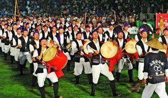 力強い演舞で観客を魅了した沖縄市山里青年会=6日、沖縄市コザ運動公園陸上競技場