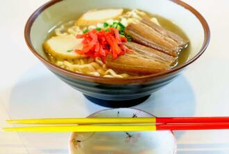 沖縄の食卓に欠かせない赤黄箸