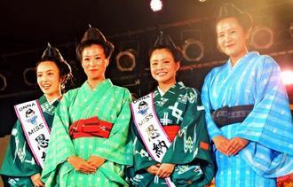 第3代ミス恩納ナビーに就任した具志堅ホサナさん(右から2人目)と伊波留依さん(左端)。第2代の横田亜矢加さん(右端)と伊波彩絵さん(右から3人目)=23日、村コミュニティー広場