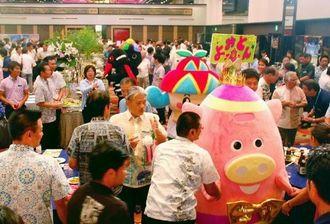 「キックオフナイト」に参加した観光業関係者らと県内のゆるキャラたち=31日、沖縄かりゆしアーバン・リゾートナハ