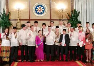 暫定政府議員を任命後、写真撮影に応じるフィリピンのドゥテルテ大統領(前列中央)ら=22日、マニラ(共同)